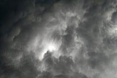 Zwarte wolken in een grijze hemel die het onweer bedreigen royalty-vrije stock foto's