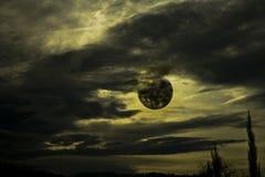 Zwarte wolken en maan Royalty-vrije Stock Afbeeldingen