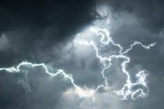 Zwarte wolken met verlichting de achtergrond van het regenseizoen Royalty-vrije Stock Afbeelding