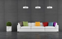 Zwarte woonkamer met muurbord het met panelen bekleden Stock Foto's