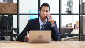Zwarte Zakenman Attending Phone Call royalty-vrije stock foto's