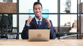 Zwarte Zakenman Celebrating Success, die aan Laptop werken stock videobeelden