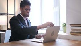 Zwarte Zakenman Coming aan Bureau, het Beginwerk op Laptop stock video