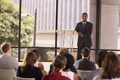 Zwarte zakenman die seminarie voorstellen die aan publiek glimlachen Stock Afbeelding