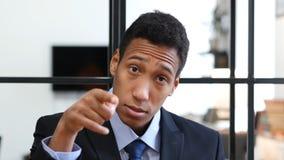 Zwarte Zakenman Pointing bij Camera, Portret stock fotografie