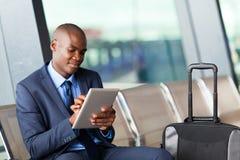 Zwarte zakenmanluchthaven stock afbeelding