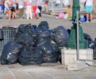 zwarte zakken huisvuil in de stad Stock Afbeelding