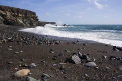 Zwarte zandstrand en klippen, Fuerteventura Royalty-vrije Stock Foto