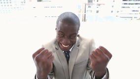 Zwarte zeer gelukkige zakenman stock footage