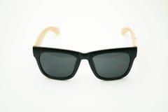 Zwarte zonnebril met houten benen op witte achtergrond Royalty-vrije Stock Fotografie