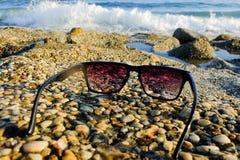 Zwarte zonnebril op zee achtergrond Royalty-vrije Stock Foto