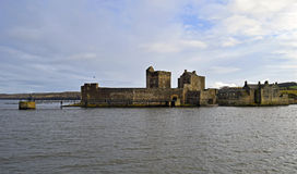 Zwartheidskasteel een de 15de eeuw Schots kasteel op firth van vooruit Royalty-vrije Stock Foto's