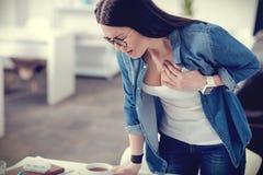 Zwarzona przyjemna kobieta ma ataka serca Zdjęcia Royalty Free