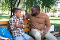 Zwarzony nieszczęśliwy mężczyzna ma rozmowę z jego synem fotografia stock