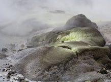 zwavel rotsen door geotermal activiteit Royalty-vrije Stock Fotografie