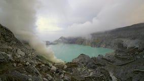 Zwavel zure dikke witte rook bij de vulkaankrater van Kawah Ijen stock video