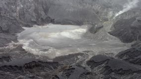 Zwavelachtige fumarolen in de de vulkaankrater van Tangkuban Parahu stock videobeelden