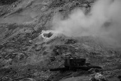 Zwavelachtige rook in zwart-wit stock foto