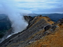 Zwavelachtige stoom op een vulkaan Sibayak Royalty-vrije Stock Foto