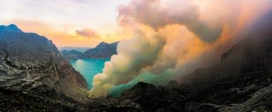 Zwaveldampen van de krater van de Vulkaan van Kawah Ijen, Indonesië stock afbeeldingen
