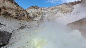 Zwavelfumarole in krater van Mutnovsky-vulkaan, Kamchatka stock video