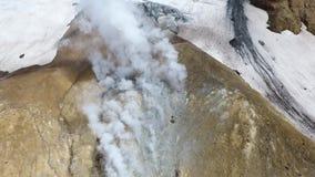 Zwavelfumarole in krater van Mutnovsky-vulkaan, Kamchatka stock videobeelden