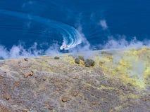 Zwavelgas die uit de rand van de vulkanische krater op het Vulcano-eiland in de Eolische eilanden komen, Sicilië, Italië stock afbeelding