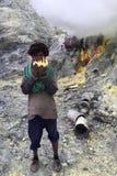 Zwavelmijnwerker bij Ijen-Krater, Indonesië Stock Foto
