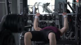 Zweckmäßiger beleibter Mann anhebender Barbell in der Turnhalle, empfohlenes Trainingsprogramm, Gesundheit stock video footage
