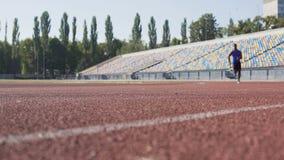 Zweckmäßiger hispanischer Athlet, der am Stadion, bereitend für Marathon, Sport läuft vor stock video footage