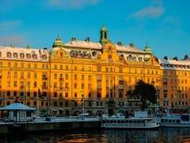 Zweden - de mening van de winterstockholm aan Gamlastan van water bij zonsondergang Stock Foto