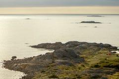 Zweden, mening van de heuvel bij het overzees stock foto