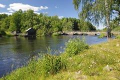 Zweeds de zomerlandschap met oude brug Stock Foto's