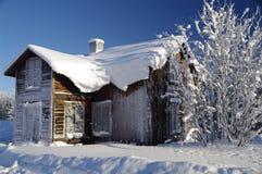 Zweeds huis bij een zonnige de winterdag Stock Afbeelding