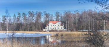 Zweeds huis bij het meer Royalty-vrije Stock Fotografie