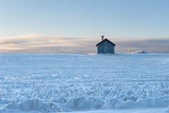 Zweeds zomer-huis in de winter stock afbeelding