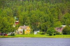 Zweedse huizen dichtbij meer Stock Afbeelding
