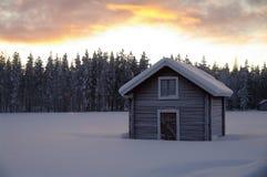 Zweedse hut in de winter bij zonsondergang Royalty-vrije Stock Foto's