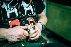 Zweedse kunstenaar die houten paard snijden Royalty-vrije Stock Afbeeldingen