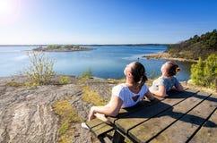 Zweedse overzeese kust sunbath Stock Afbeelding
