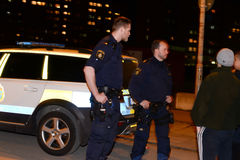Zweedse politiemannen die aan jongeren spreken Stock Foto's