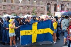Zweedse ventilators in fanzone vóór gelijkeEuro 2012 Stock Foto's