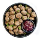 Zweedse Vleesballetjes met Lingonberry op Zwarte Plaat Stock Afbeelding