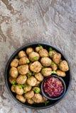 Zweedse Vleesballetjes met Lingonberry op Zwarte Plaat over Lei Royalty-vrije Stock Foto