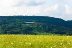 Zweefvliegtuig die over het gras vliegen Stock Afbeeldingen