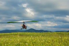 Zweefvliegtuig die over het gras vliegen Royalty-vrije Stock Fotografie
