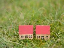 Zwei ähnliche Häuser in der Landschaft Stockfoto