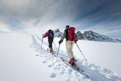 Zwei ältere alpine Skifahrer lizenzfreie stockbilder