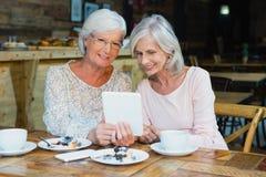 Zwei ältere Frauen, die digitale Tablette verwenden Lizenzfreies Stockfoto