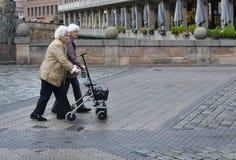 Zwei ältere Frauen kreuzen die Brücke in der Mitte von Nürnberg stockfoto